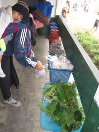 Collecting_food_from_students_2